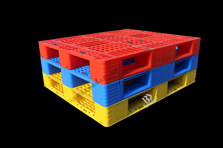 川字网格塑料托盘与平板塑料托盘的区别?