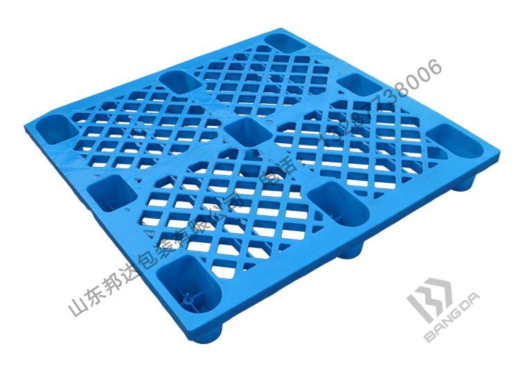 网格与平板塑料托盘,哪一种更强?